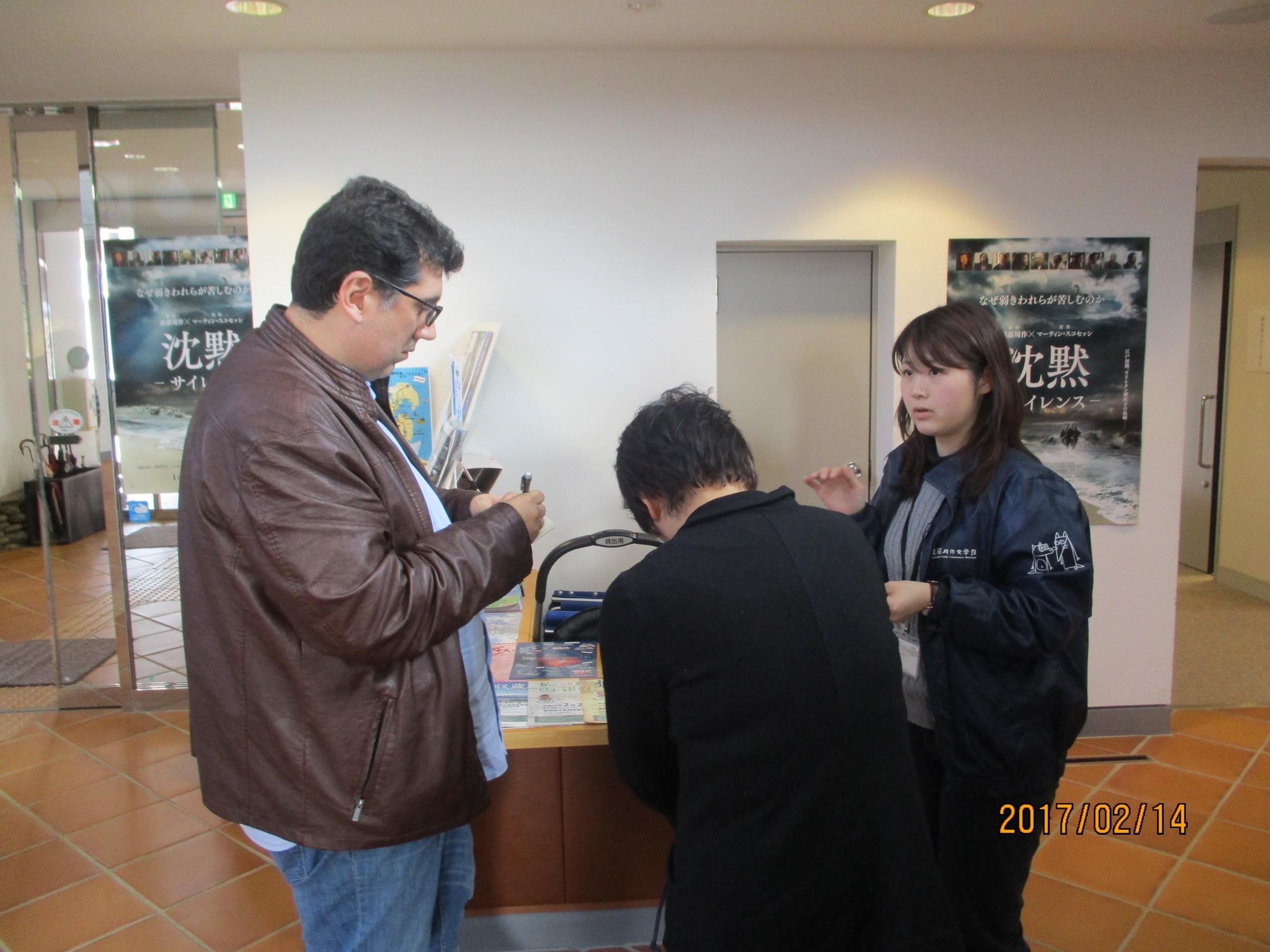 熱心に取材をされるフェレイラ氏 於:遠藤周作記念館