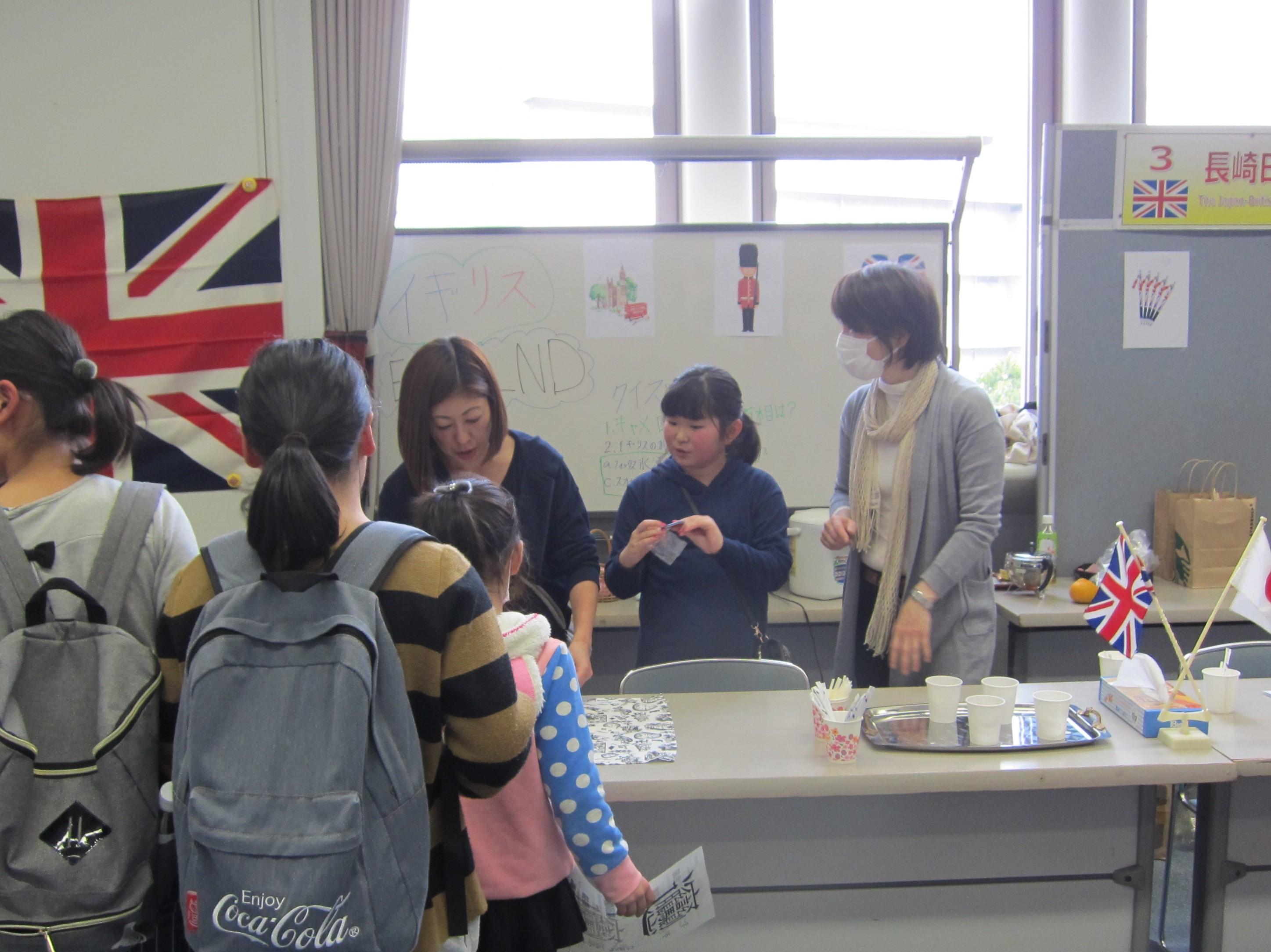 大賑わいの長崎日英協会のブース